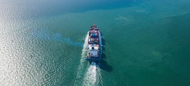 Vista aérea superior del buque de carga de contenedores grandes en negocios de exportación e importación y logística en el mar Foto Premium