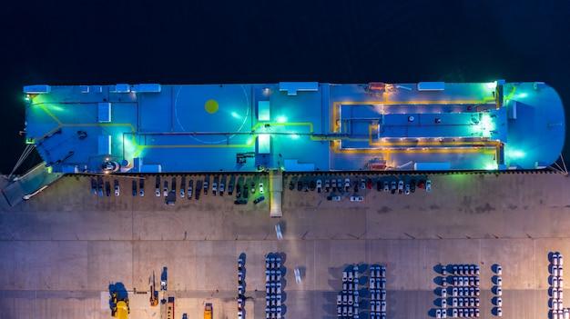 Vista aérea superior del buque portador del coche por la noche Foto Premium