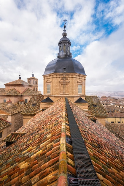 Vista aérea de los tejados de la ciudad de toledo y la cúpula de la iglesia de san ildefonso. Foto Premium