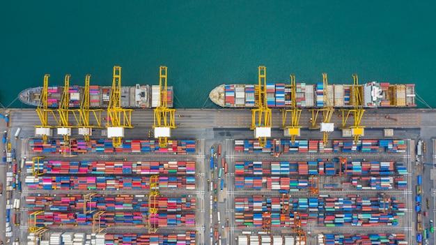 Vista aérea de la terminal de buques de carga, descarga de la grúa de la terminal de buques de carga, vista aérea del puerto industrial con contenedores y portacontenedores. Foto Premium