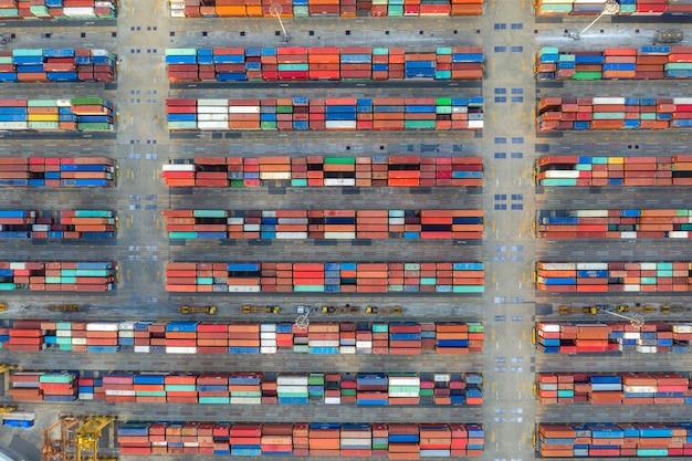 Vista aérea de la vista superior de contenedores de carga de trabajo Foto Premium