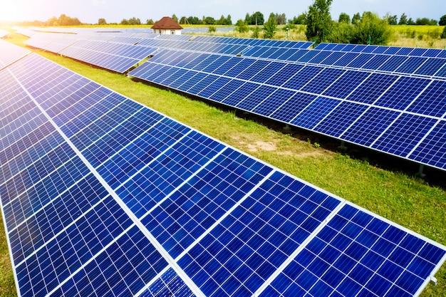 Vista aérea vista superior en paneles solares azules Foto Premium