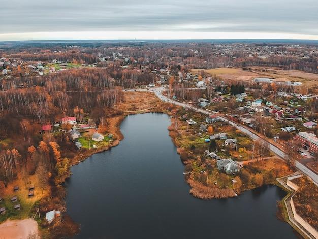 Vista aérea de viviendas suburbanas en el bosque de otoño. san petersburgo, rusia. Foto Premium
