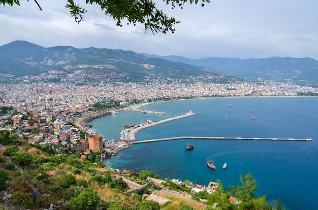 Vista de alanya y kyzil kule desde la fortaleza de alanya. turquía Foto Premium