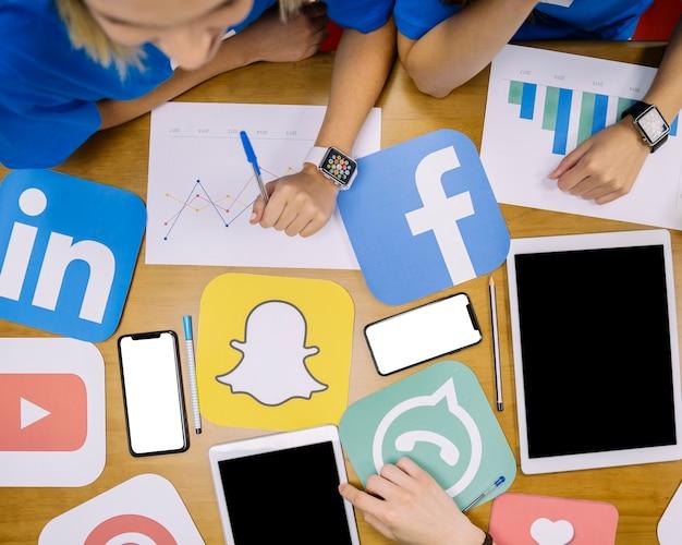 Vista de alto ángulo del plan de redes sociales trabajando en el lugar de trabajo Foto gratis