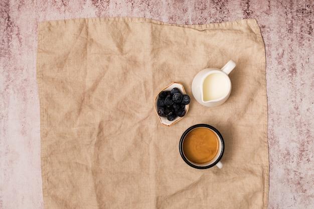 Vista alzada de elementos del desayuno Foto gratis