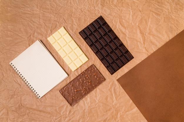 Vista alzada de tabletas de chocolate Foto gratis