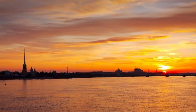 Vista del amanecer del verano del río neva Foto gratis