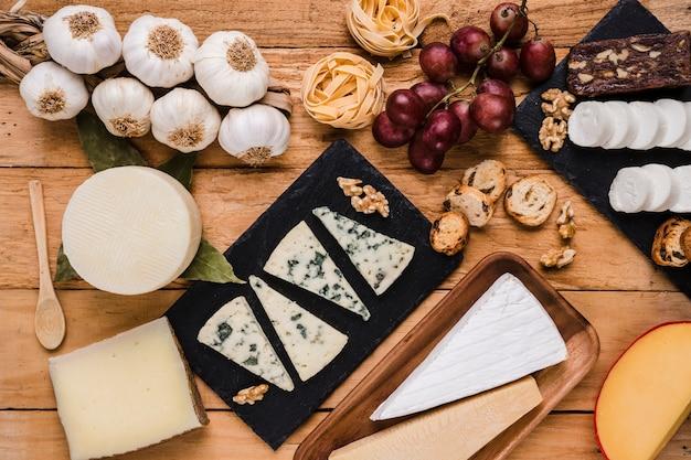 Vista de ángulo alto de alimentos crudos orgánicos saludables para el desayuno Foto gratis