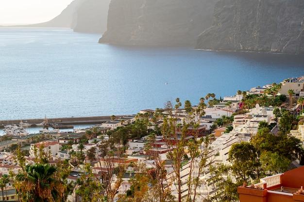 Vista de ángulo alto ciudad con mar y acantilado Foto gratis