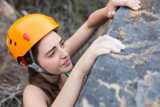 Vista de ángulo alto de hermosa mujer escalando roca Foto Premium