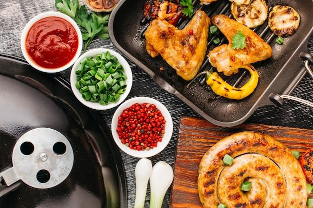 Vista de ángulo alto de sabrosa carne frita y vegetales Foto gratis