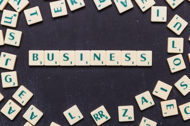 Vista de ángulo alto de texto de negocios en letras scrabble Foto gratis