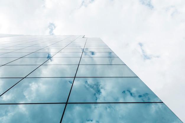 Vista de ángulo bajo edificio alto y nubes Foto gratis
