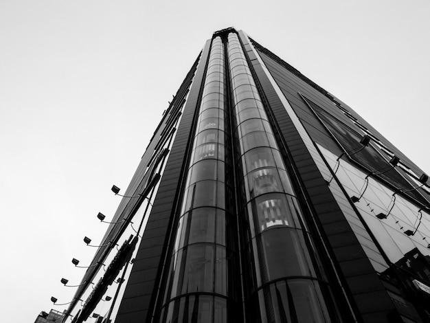 Vista de ángulo bajo de rascacielos con ascensores en frente Foto Premium