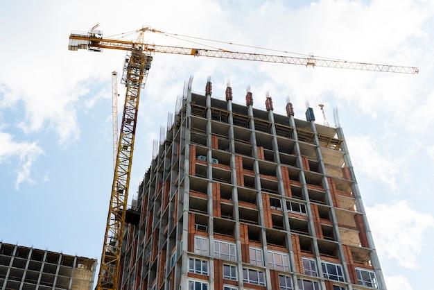 Vista de ángulo bajo de rascacielos en construcción Foto gratis