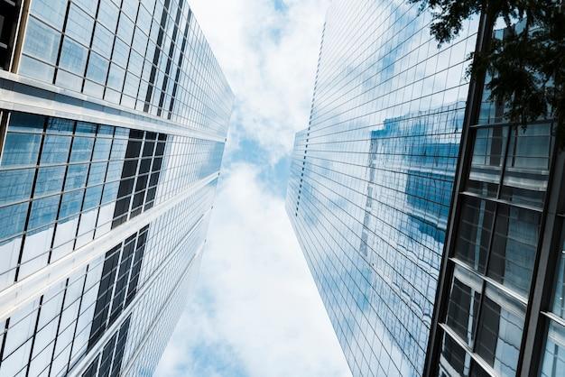 Vista de ángulo bajo de rascacielos de vidrio diseñados Foto gratis