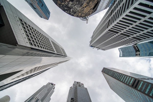 Vista de ángulo bajo de varios negocios y edificios de rascacielos financieros en singapur. Foto gratis