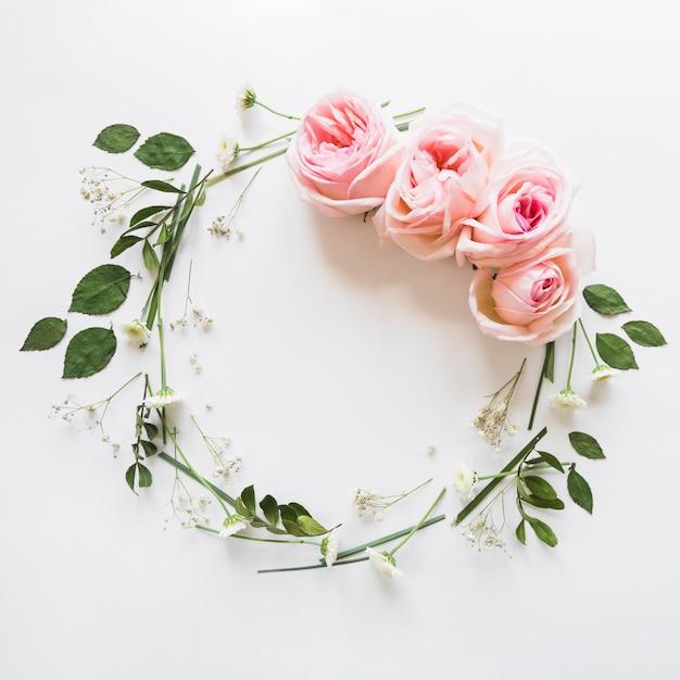 Vista desde arriba de una corona de rosas Foto gratis