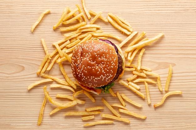 Vista de arriba decoración con hamburguesas y papas fritas Foto gratis