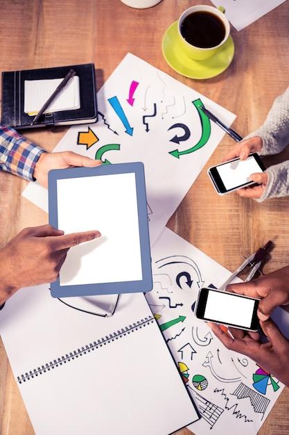 Vista de arriba del equipo creativo del negocio que trabaja en el escritorio en la oficina Foto Premium