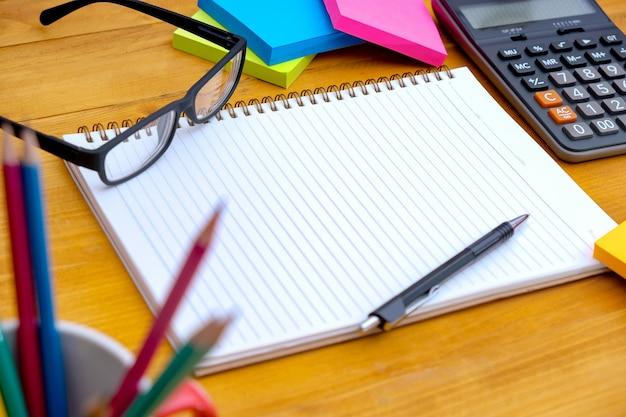 Vista desde arriba del libro de tareas tarea del cuaderno de la escuela  listo para agregar texto o maqueta | Foto Premium