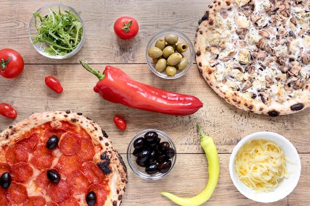 Vista de arriba masa de pizza con pepperoni Foto gratis