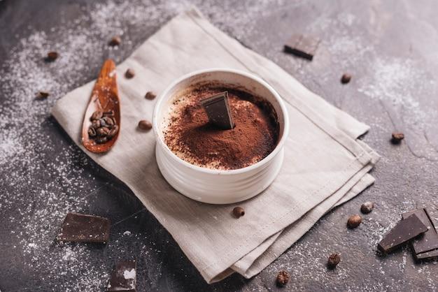 Una vista desde arriba del postre de chocolate alce en un tazón de cerámica blanca Foto gratis