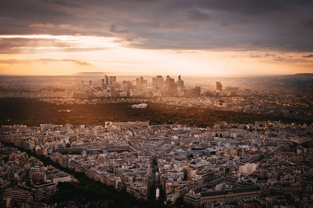 Vista del atardecer a la denfense en parís, francia Foto gratis