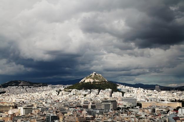 Vista de atenas, grecia. vista del licabeto. cielo tormentoso y lluvioso. Foto Premium