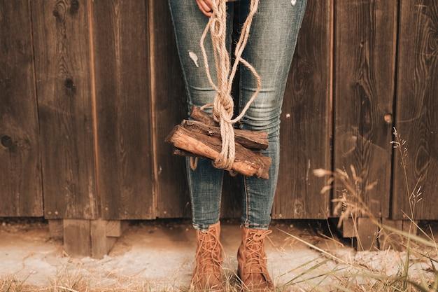 Vista baja mujer carring fuego madera Foto gratis