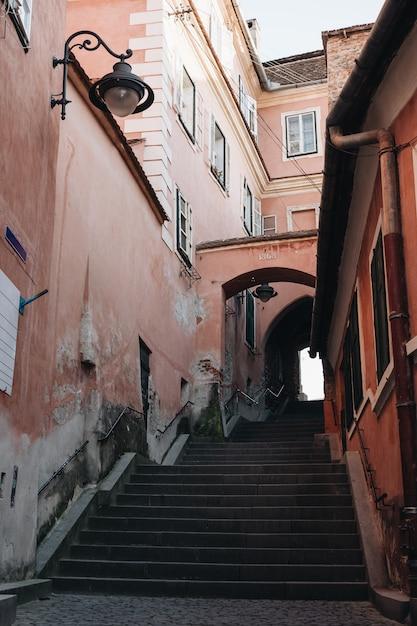 Vista de la calle sibiu escalera entre antiguas casas históricas. Foto gratis