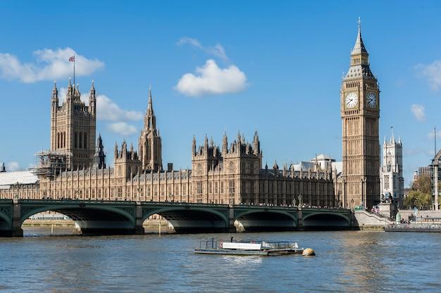 Vista de la casa del parlamento con el río támesis en londres Foto Premium