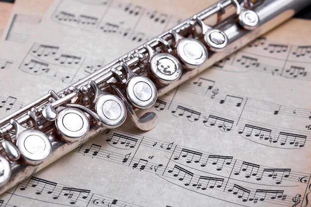 Vista de cerca de flauta de metal Foto gratis