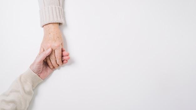 Vista de cerca de pareja mayor cogiéndose las manos Foto gratis