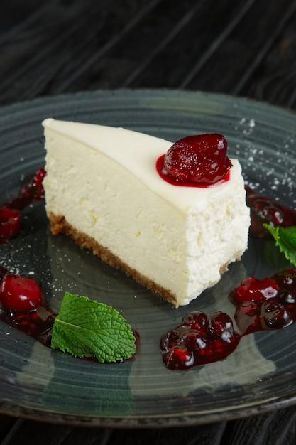 Vista de cerca del pastel de queso decorado con cereza, fresa y frambuesa Foto Premium