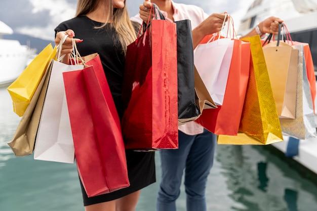 Vista cercana de bolsas de compras Foto Premium