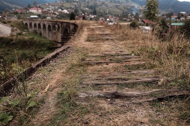 Vista cercana de viejas vías de ferrocarril con lazos gastados. Foto Premium