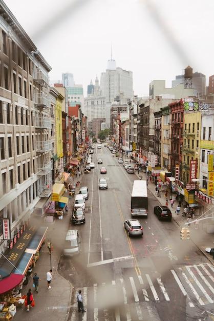 Vista de la ciudad a través de un enlace de cadena. Foto gratis