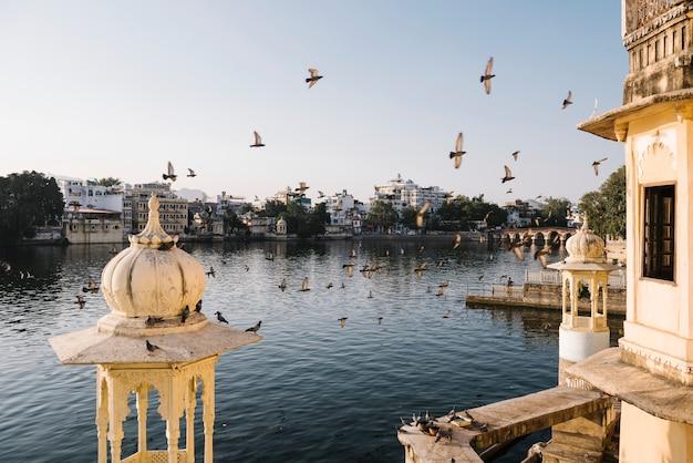 Vista de la ciudad de udaipur desde el balcón de un hotel en rajasthan, india Foto gratis