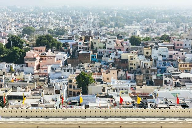 Vista de la ciudad de udaipur desde el palacio de la ciudad en rajasthan, india Foto gratis