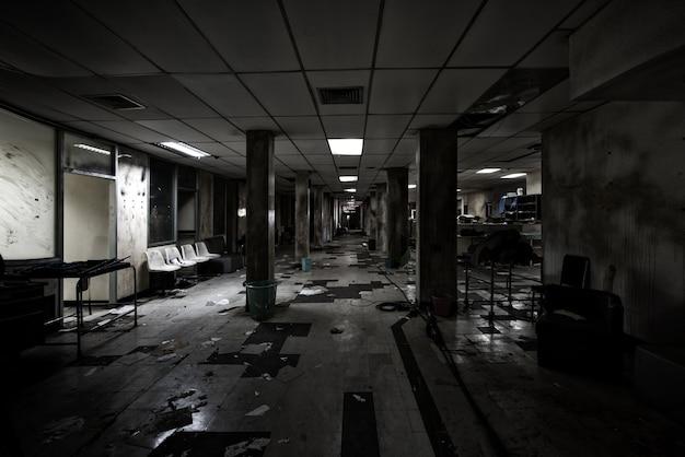 Vista del cuarto oscuro abandonado en el hospital psiquiátrico ...