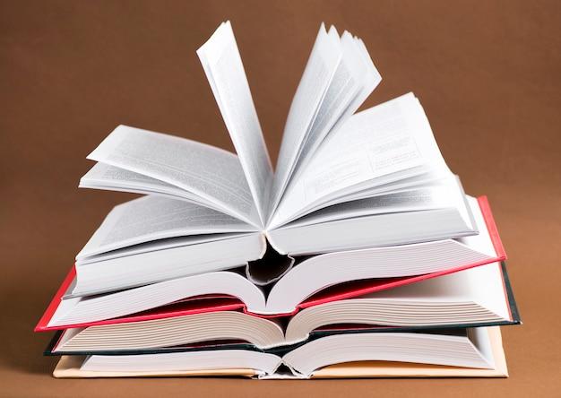Vista de algunos libros abiertos Foto Gratis
