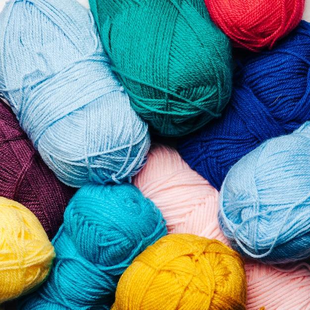 Vista de cerca de bolas de lana en diferentes colores Foto Gratis