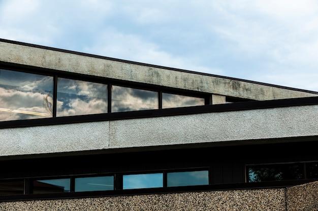 Vista del edificio de piedra con superficie de yeso grueso Foto gratis