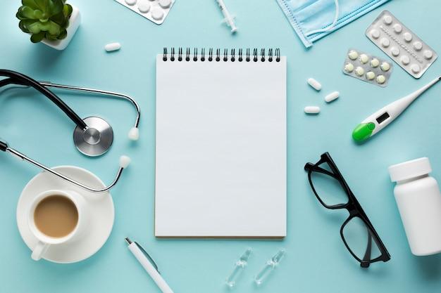 Vista elevada de accesorios médicos en el escritorio Foto gratis