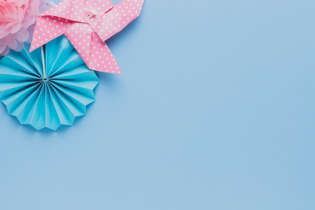 Vista elevada del arte creativo sobre fondo azul Foto gratis
