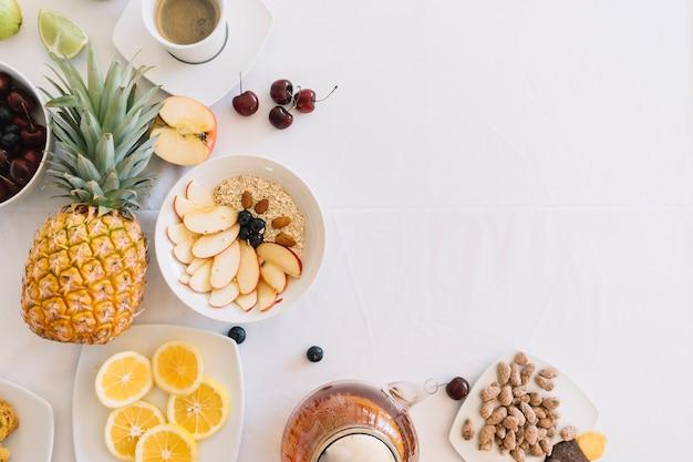 Vista elevada de desayuno saludable fresco sobre fondo blanco Foto gratis
