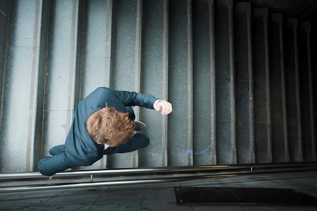 Una vista elevada de un hombre de negocios corriendo abajo Foto gratis