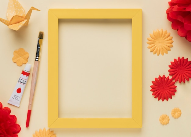 Vista elevada del objeto artesanal; tubo de pintura y pincel Foto gratis